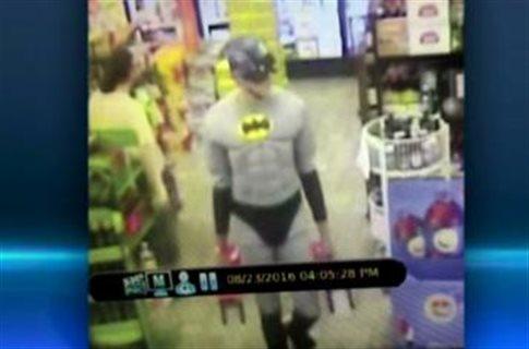 Ντύθηκε Batman (και Captain America) και το έριξε στις κλοπές