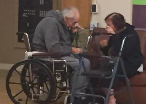 Ραγίζει καρδιές η φωτογραφία ηλικιωμένου ζευγαριού. Τους χώρισαν μετά από 62 χρόνια γάμου