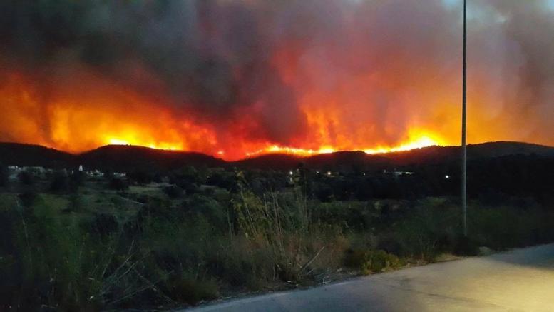 Χίος: Συνεχείς αναζωπυρώσεις. Στην Αθήνα οι τρεις τραυματίες