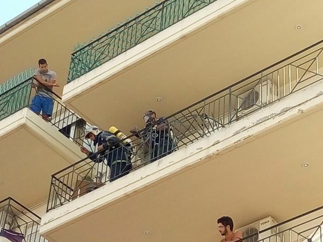Απεγκλωβισμός γυναίκας από φλεγόμενο διαμέρισμα στο κέντρο της Λάρισας [εικόνες]