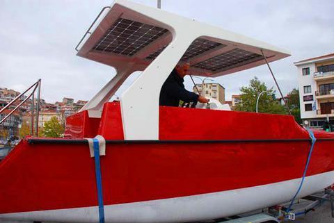 Βόλτα με... ηλιακό σκάφος στη λίμνη της Καστοριάς