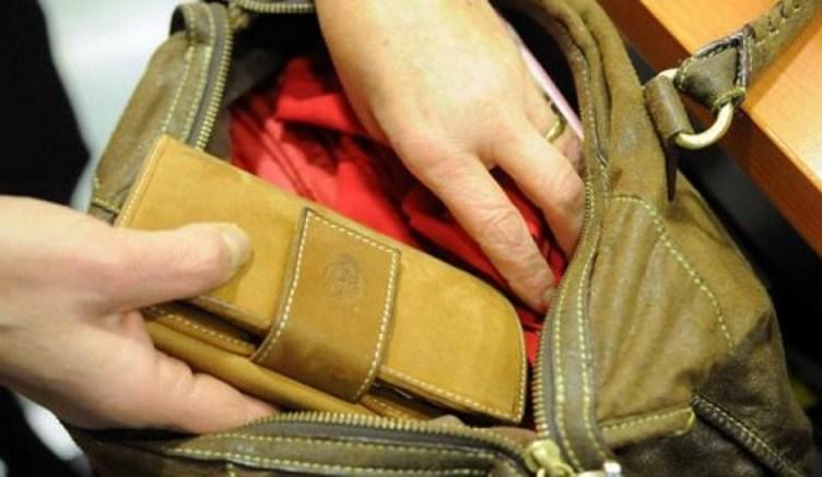 Νεαρές άρπαξαν πορτοφόλι από την τσάντα 68χρονης