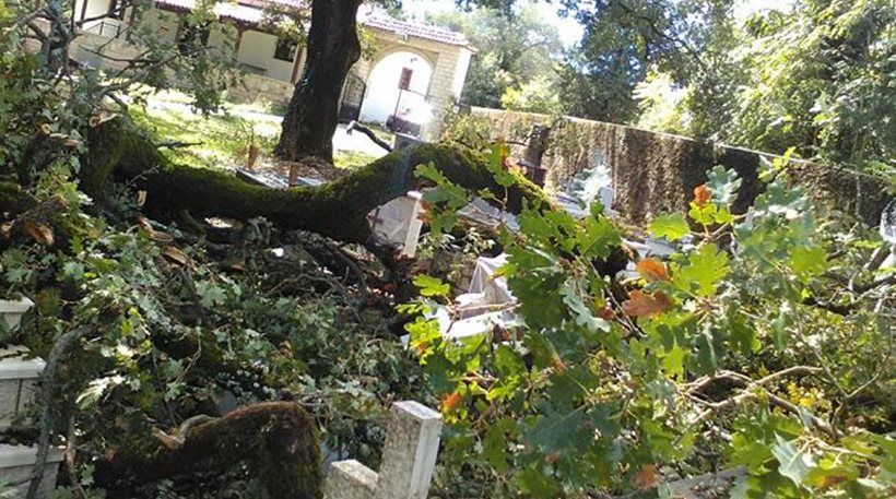 Ανεμοστρόβιλος σάρωσε τον δήμο Φιλιατών. Κρανίου τόπος το νεκροταφείο