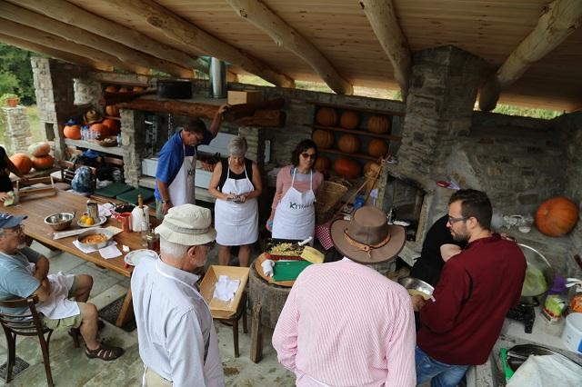 Ξένοι τουρίστες σε ρόλο... σεφ μυούνται στην τοπική κουζίνα