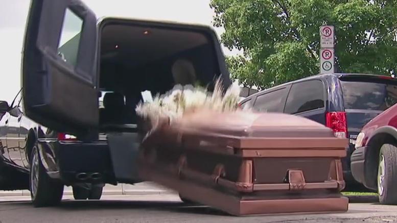 Έχασαν τον νεκρό από το φέρετρο λόγω... τσίπουρου!