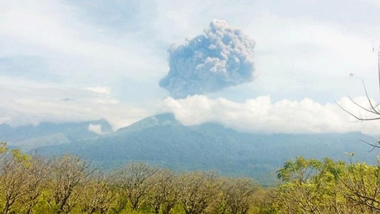 Ινδονησία: Αγνοούνται 13 εκδρομείς μετά την έκρηξη ηφαιστείου