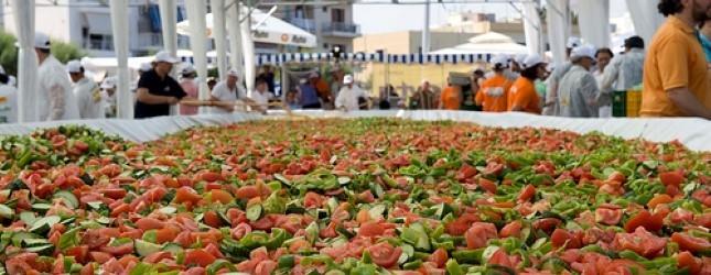 Ελληνας σεφ κερδίζει μια θέση στα ρεκόρ Γκίνες για... χωριάτικη σαλάτα!
