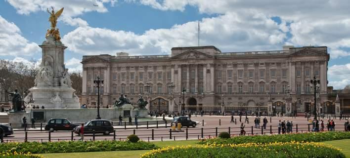 Επιχείρησε να εισβάλει στο Παλάτι του Μπάκιγχαμ. Σκαρφάλωσε σε πύλη