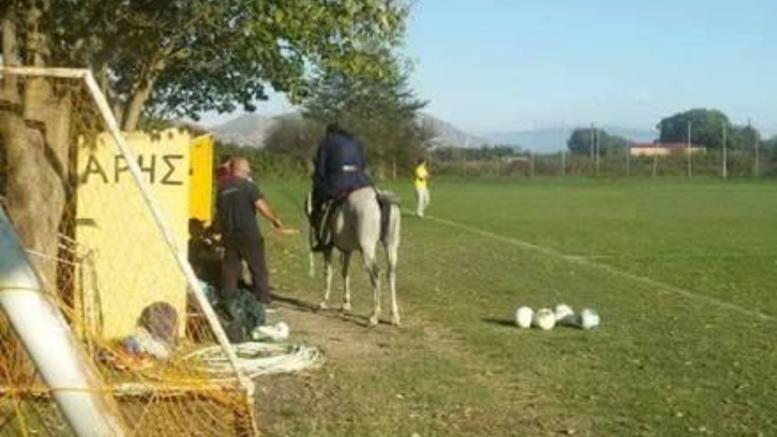 Παπάς μπουκάρει με άλογο σε γήπεδο στη Λάρισα