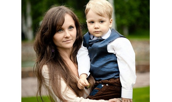 Πήδηξε στο κενό με τον 8χρονο γιο της αγκαλιά...