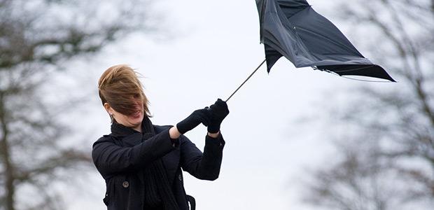 Θυελλώδεις άνεμοι σε όλη τη χώρα. Πέφτει η θερμοκρασία