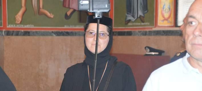 Μοναχή στην Κεφαλονιά βγάζει selfie με σελφοκόνταρο μέσα σε εκκλησία