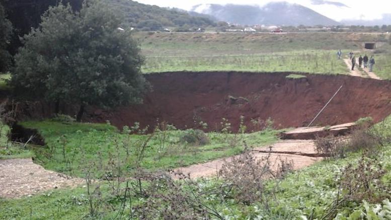 Είκοσι μέτρα κρατήρας και 200 τετραγωνικά καθίζηση από το σεισμό στα Ιωάννινα