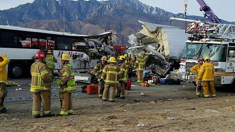 Καλιφόρνια: Τουλάχιστον 13 νεκροί σε σύγκρουση λεωφορείου με νταλίκα