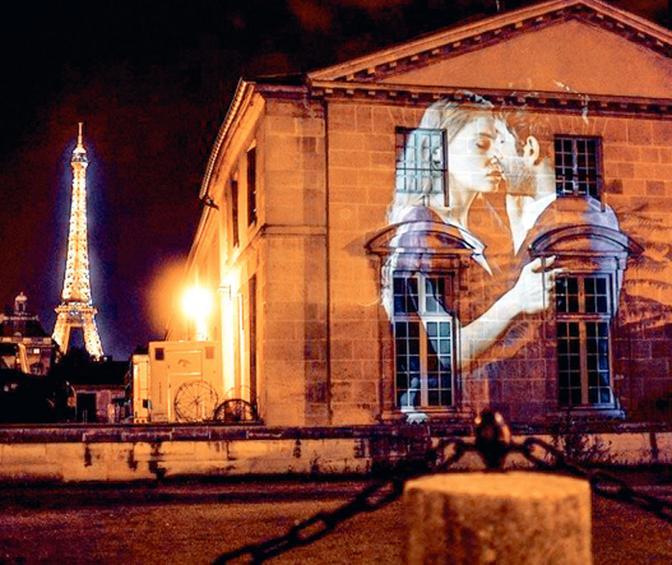 Γέμισαν φιλιά οι τοίχοι στο Παρίσι
