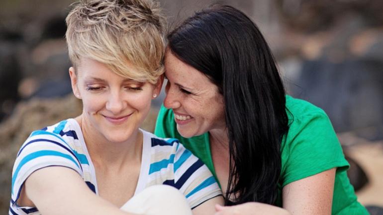 Η σεξουαλική επαφή με το ίδιο φύλο είναι τρεις φορές πιο συχνή στις γυναίκες