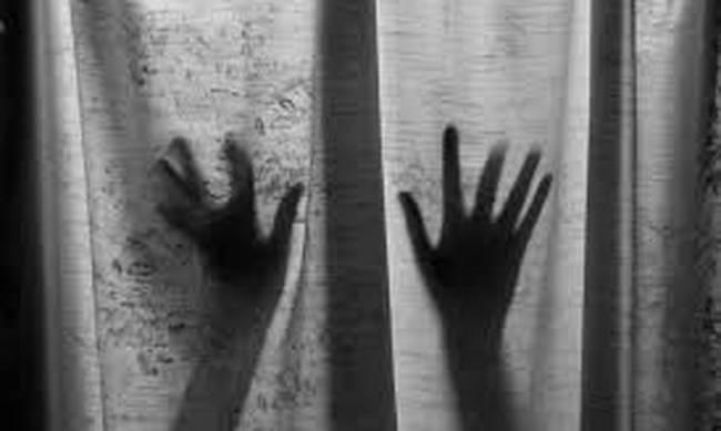 Φυλάκισαν και βίαζαν την κόρη τους επί 13 χρόνια