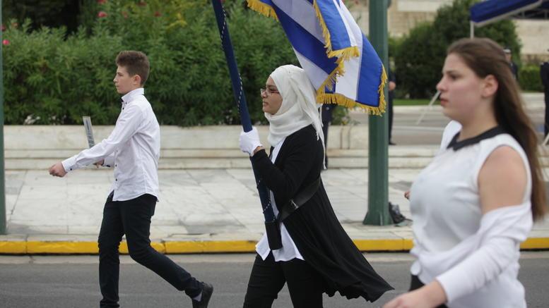 Μια αριστούχος με μαντήλα κράτησε με περηφάνια την ελληνική σημαία