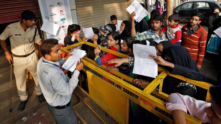 Πανικός στις Ινδικές τράπεζες λόγω κατάργησης χαρτονομισμάτων