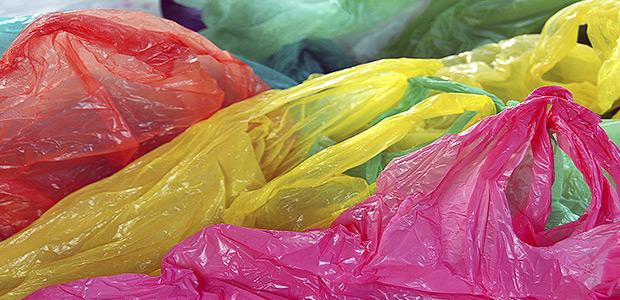 Προτείνει κατάργηση  πλαστικής σακούλας