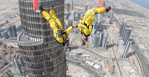 Δύο αλεξιπτωτιστές πήδηξαν από ουρανοξύστη 40 ορόφων