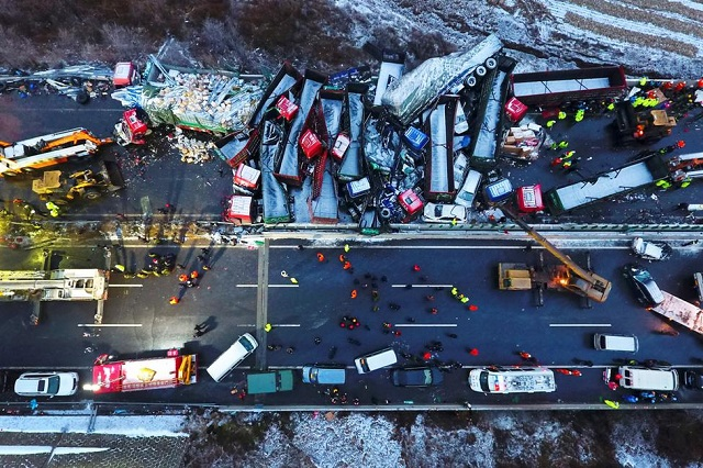 Καραμπόλα 56 οχημάτων με 17 νεκρούς σε αυτοκινητόδρομο στην Κίνα
