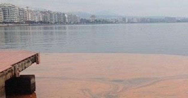 Κοκκίνισαν τα νερά του Θερμαϊκού Κόλπου