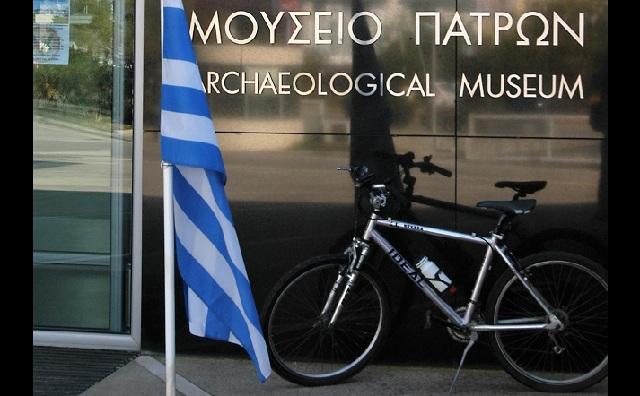 Το ποδήλατο του Κωστή Στεφανόπουλου στην είσοδο του αρχαιολογικού μουσείου Πάτρας