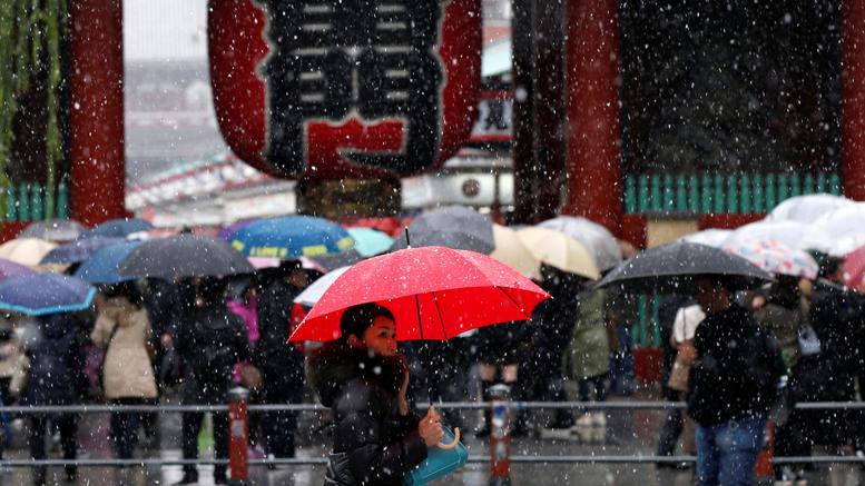 Χιονίζει Νοέμβριο στο Τόκυο για πρώτη φορά μετά από 54 χρόνια