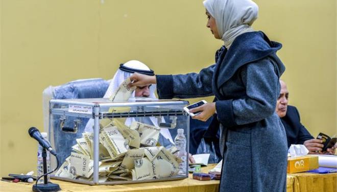 Κουβέιτ: Νέοι άντρες και μία γυναίκα εισέρχονται στο κοινοβούλιο