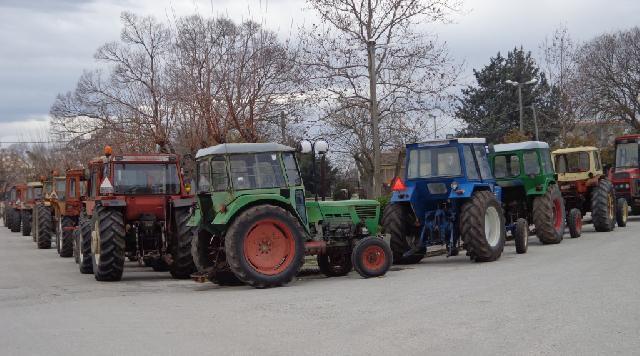 Συλλαλητήριο με αγροτικά μηχανήματα στα Φάρσαλα