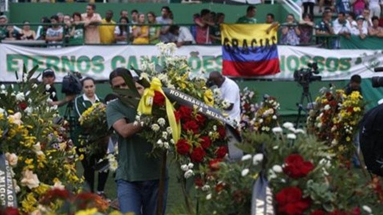 """Χιλιάδες άνθρωποι στην «Arena Condá» για το τελευταίο """"αντίο"""" στα θύματα της Σαπεκοένσε"""
