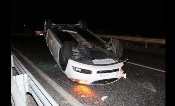 Αυτοκίνητο τυλίχθηκε στις φλόγες μετά από τροχαίο στα Τρίκαλα. Τραυματίας ο οδηγός