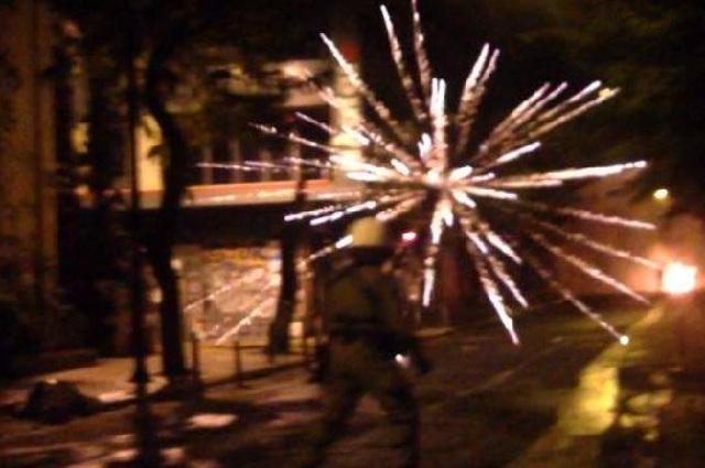 Επεισόδια στα Εξάρχεια: Μολότοφ και πετροπόλεμος με αστυνομικούς