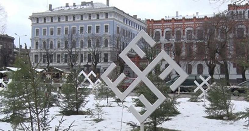 Σάλος για τις ναζιστικές σβάστικες των... Χριστουγέννων