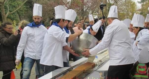 Η μεγαλύτερη πουτίγκα στον κόσμο παρασκευάστηκε στην Καρδίτσα [εικόνες]
