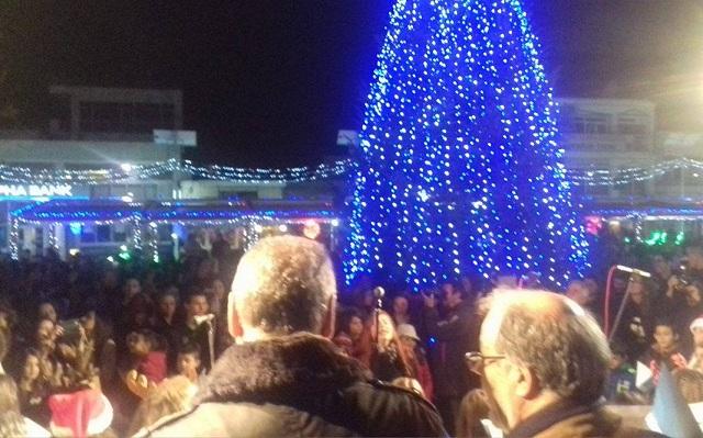 Αναψε το χριστουγεννιάτικο δέντρο στον Αλμυρό