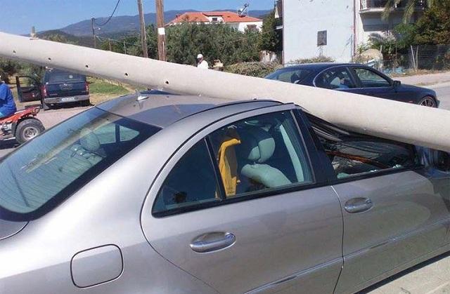 Τρελή πορεία αυτοκινήτου στη Νίκαια: 50χρονη οδηγός έφυγε πάνω σε κολόνα