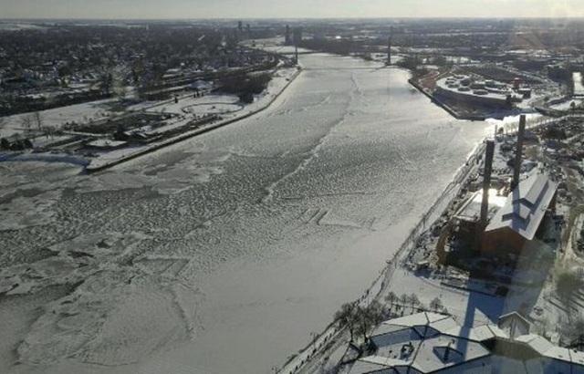 Πάγωσε το Maumee River στο Τολέδο του Οχάιο