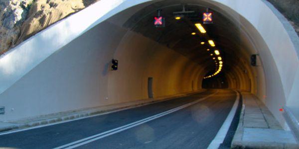 Αδέσποτο έκλεισε το τούνελ της Γορίτσας για 45 λεπτά