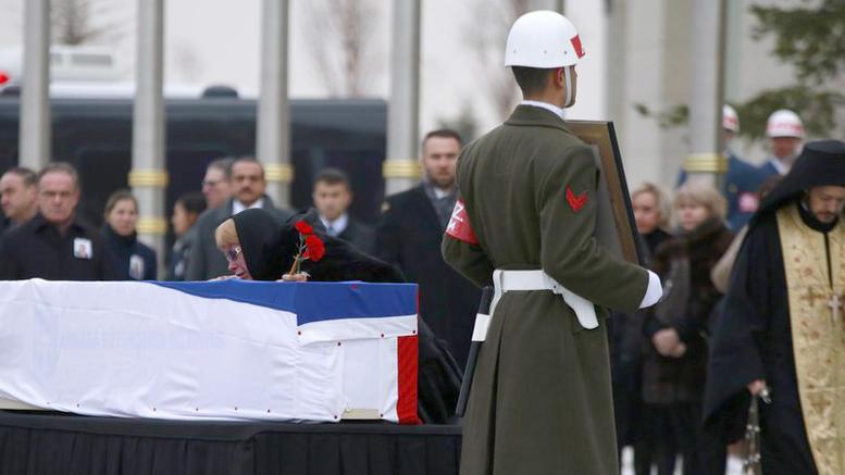 Τούρκοι στρατιώτες τιμητική φρουρά στη σορό του ρώσου πρέσβη