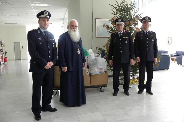 Τρόφιμα και δώρα πρόσφεραν οι αστυνομικοί σε Ιδρύματα και φορείς