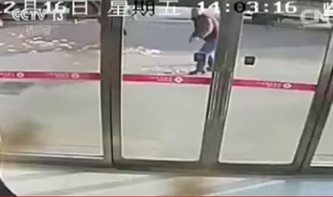 Σήκωσε από την τράπεζα χιλιάδες δολάρια και του τα πήρε ο αέρας [βίντεο]