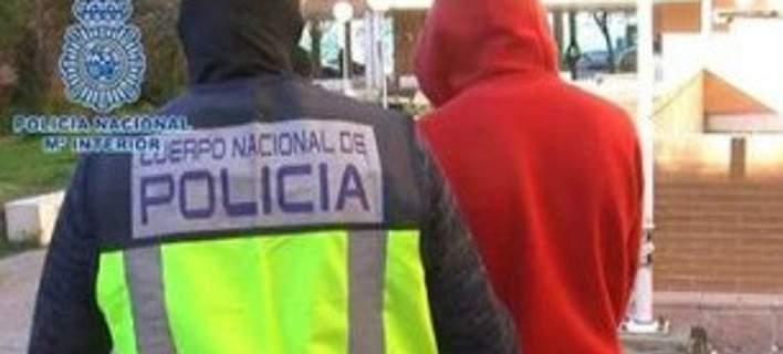 Δυο τζιχαντιστές ποζάρουν με καλάσνικοφ στην Πουέρτα δελ Σολ στην Ισπανία