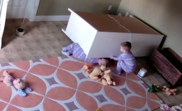 Η στιγμή που ένας 2χρονος σώζει τον δίδυμο αδελφό του