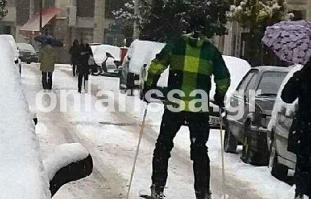 Φόρεσε τα πέδιλα και βγήκε για σκι στο… κέντρο της Λάρισας