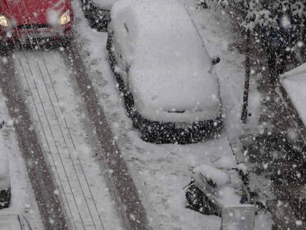 Έκλεισαν τα καταστήματα στην αγορά της Λάρισας λόγω του χιονιά