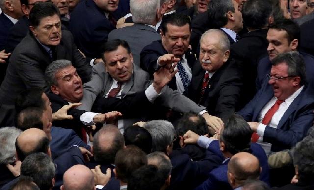 Αγριο ξύλο στην τουρκική Βουλή για τη συνταγματική αναθεώρηση [video]