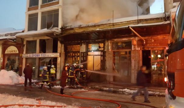Μεγάλη φωτιά ξέσπασε σε αποθήκη στα Τρίκαλα [vid]