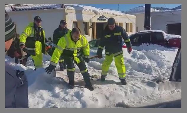 Πυροσβέστες μεταφέρουν ασθενή στη Σκόπελο [vid]